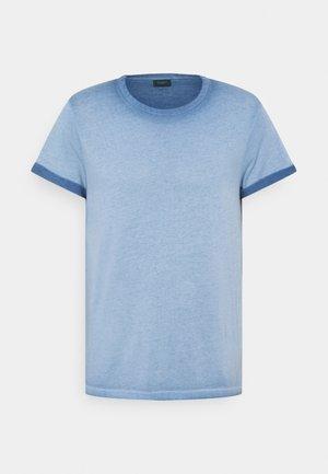 ALEXIS - T-shirt con stampa - light pastel blue