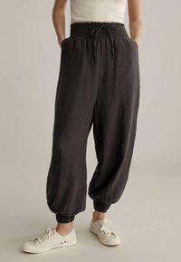 OYSHO - Pantalon de survêtement - brown - 0