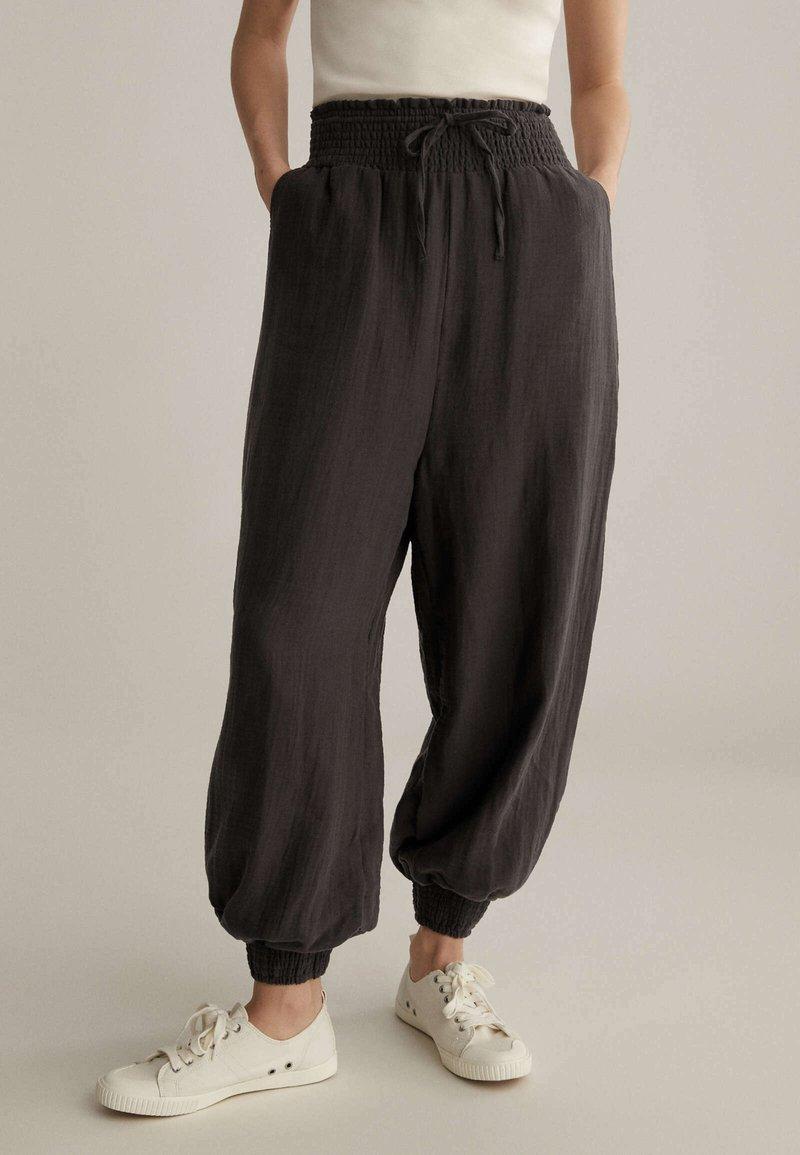 OYSHO - Pantalon de survêtement - brown