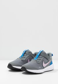 Nike Performance - REVOLUTION 5 - Laufschuh Neutral - smoke grey/iced lilac/white/soar - 3