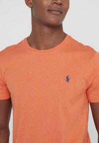 Polo Ralph Lauren - CUSTOM SLIM FIT JERSEY CREWNECK T-SHIRT - T-shirt basique - spring melon heat - 4