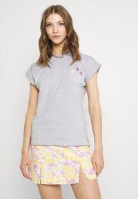 Dedicated - VISBY FLOWER POCKET - Print T-shirt - grey melange - 0