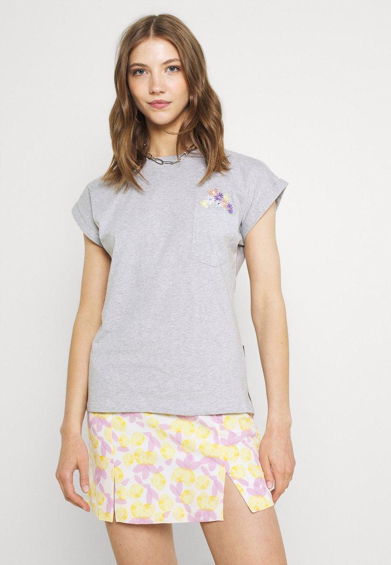 Dedicated - VISBY FLOWER POCKET - Print T-shirt - grey melange