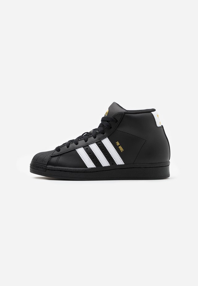BASKETBALL INSPIRED SPORTS MID SHOES - Sneakers hoog - core black/footwear white/gold