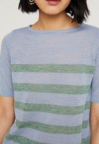 MAERZ Muenchen - RUNDHALS - T-shirt imprimé - clear blue - 5