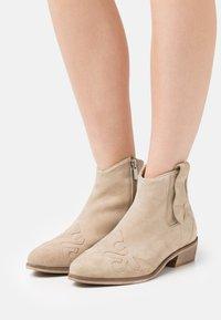 Copenhagen Shoes - NEW LIFE - Cowboy/biker ankle boot - beige - 0