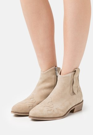 NEW LIFE - Cowboy/biker ankle boot - beige