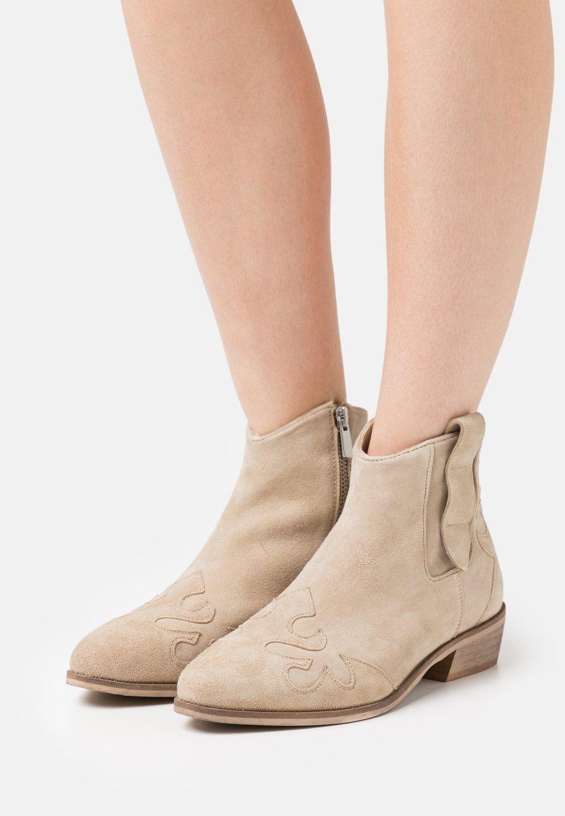 Copenhagen Shoes - NEW LIFE - Cowboy/biker ankle boot - beige