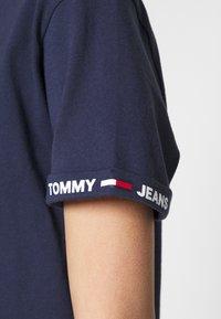 Tommy Jeans - CROP BRANDED TEE - Triko spotiskem - twilight navy - 4