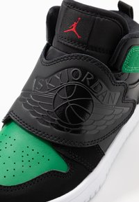 Jordan - SKY 1 UNISEX - Basketball shoes - black/pine green/gym red - 2