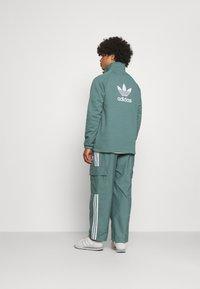 adidas Originals - UNISEX - Verryttelyhousut - hazy emerald - 2