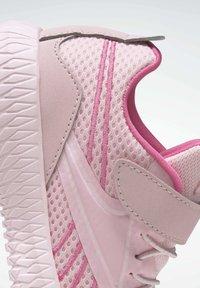 Reebok - FLEXAGON ENERGY  - Sneakers basse - pink - 5
