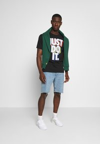 Nike Sportswear - TEE - Print T-shirt - black/pure platinum - 1