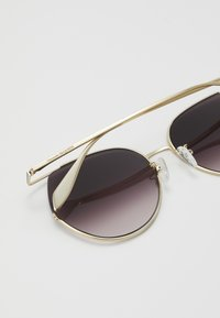 Alexander McQueen - SUNGLASS WOMAN  - Sunglasses - gold-coloured/violet - 3
