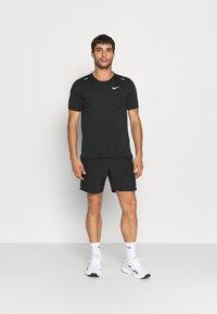 Nike Performance - RISE - Printtipaita - black - 1