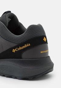 Columbia - TRAILSTORM WATERPROOF - Chaussures de course - dark grey/bright gold - 5