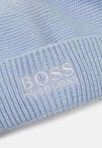 BOSS Kidswear - PULL ON HAT SLIPPERS BOX SET UNISEX - Čepice - pale blue - 2