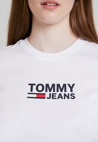 Tommy Jeans - TJW CORP LOGO TEE - T-shirt med print - classic white - 4