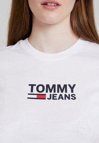 Tommy Jeans - TJW CORP LOGO TEE - Triko spotiskem - classic white - 4