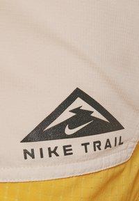 Nike Performance - TRAIL - Pantalón corto de deporte - solar flare/beach/black - 6