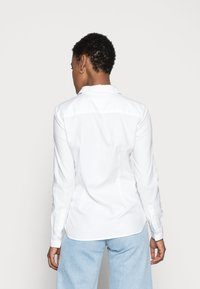 Tommy Hilfiger - HERITAGE REGULAR FIT - Button-down blouse - classic white - 2
