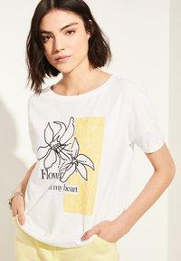 comma casual identity - MIT SKIZZEN-PRINT - Print T-shirt - white - 4