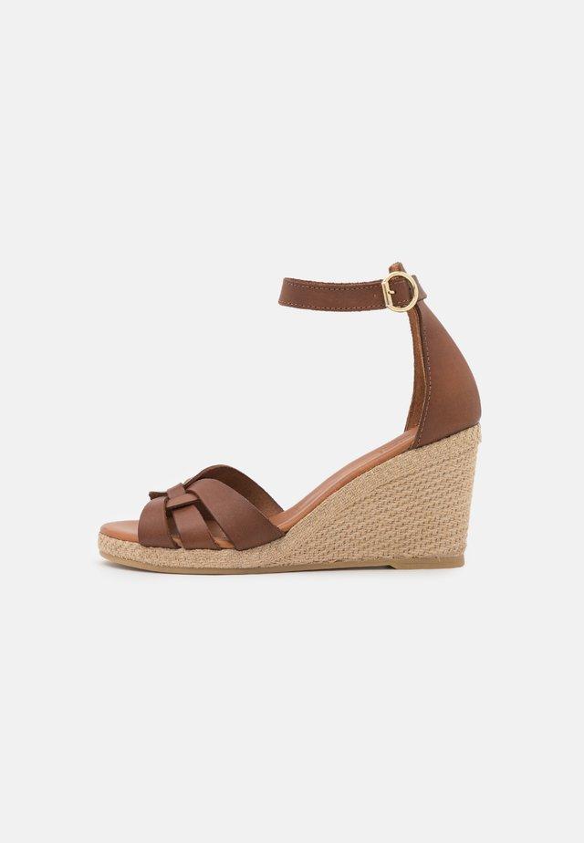 Sandalen met sleehak - nut