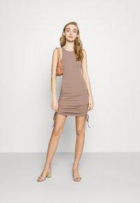 4th & Reckless - MEGAN DRESS - Vestido ligero - mocha - 1