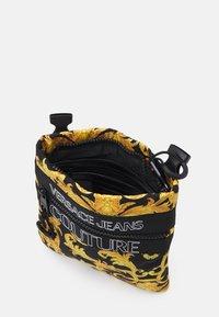 Versace Jeans Couture - UNISEX - Taška spříčným popruhem - black/gold - 3
