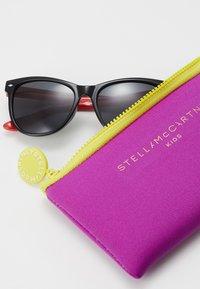 Stella McCartney - SUNGLASS KID - Sunglasses - black/red/smoke - 3