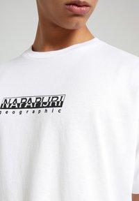 Napapijri - S-BOX   - T-shirt med print - bright white - 5