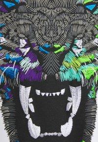 Alessandro Zavetti - GROWLER TEE - Print T-shirt - purple/white - 2