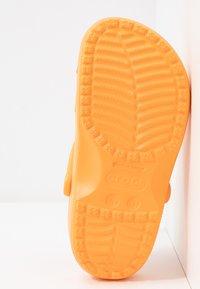 Crocs - CLASSIC - Chaussons - cantaloupe - 6