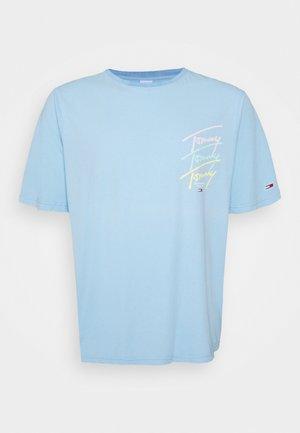 REPEAT SCRIPT TEE - T-shirt med print - light powdery blue