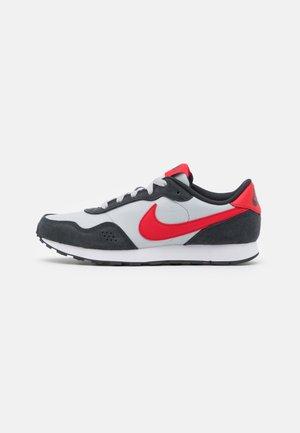 VALIANT - Sneakersy niskie - grey fog/university red/dark smoke grey/white