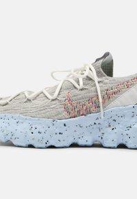 Nike Sportswear - SPACE HIPPIE 04 - Zapatillas - summit white/multi color/photon dust/concord/chambray blue - 6