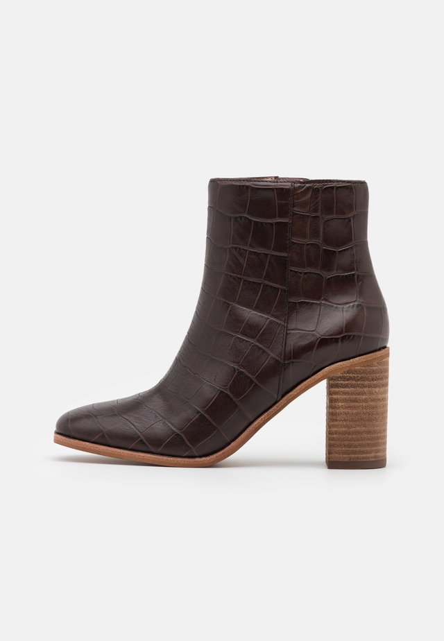 MALONE TOE BOOTIE CROCO - Botki - dark coffee