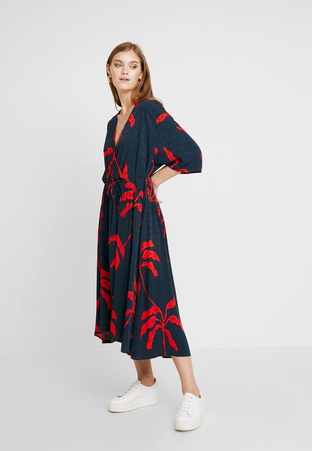 AVRIN - Vestido largo - blue/red