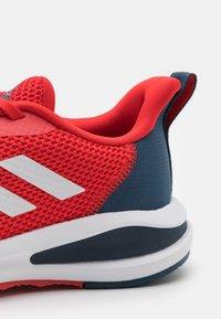 adidas Performance - FORTARUN UNISEX - Juoksukenkä/neutraalit - vivid red/footwear white/crew navy - 5