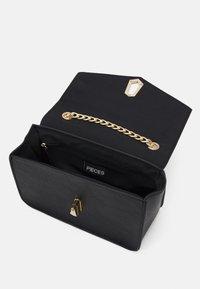 Pieces - PCADA CROSS BODY - Across body bag - black/gold-coloured - 2