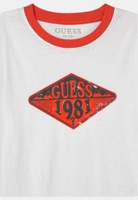 Guess - JUNIOR  - Camiseta estampada - true white - 2