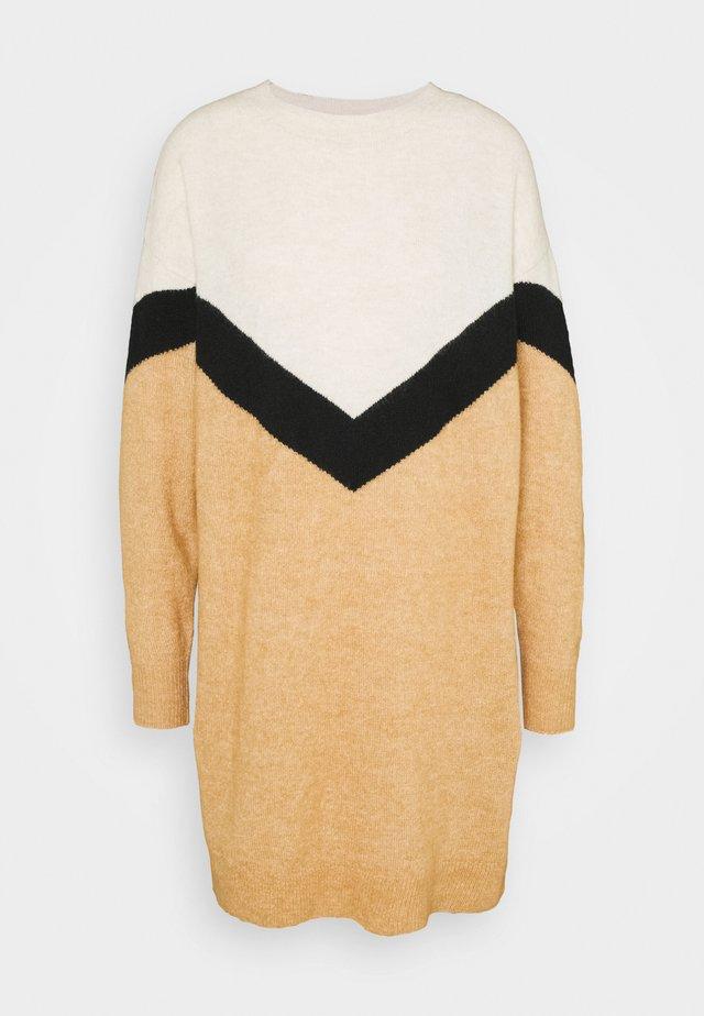 VMGINGOBLOCK O-NECK DRESS - Vestido de punto - tan/black/birch