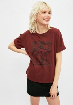 T-shirt print - mottled dark red