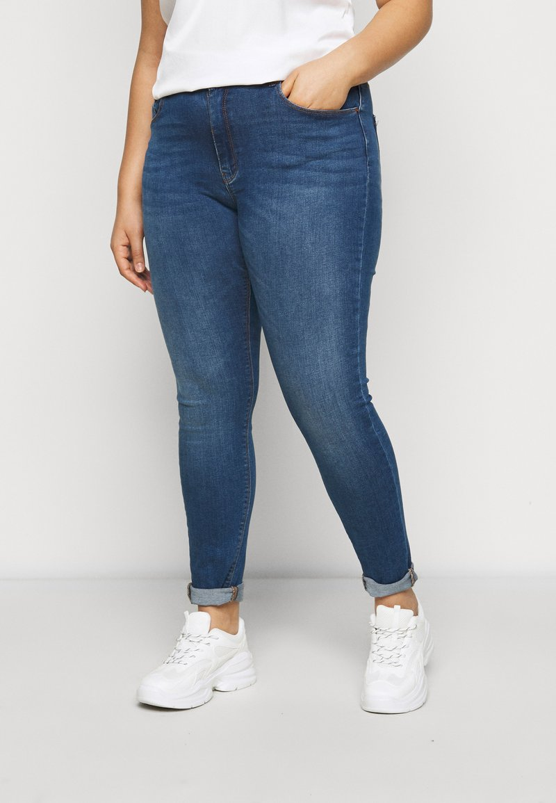 ONLY Carmakoma - CARLAOLA LIFE - Skinny džíny - medium blue denim