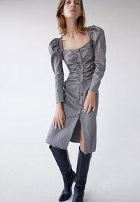 Uterqüe - MIT SCHMUCKKNOPF - Shirt dress - grey - 0