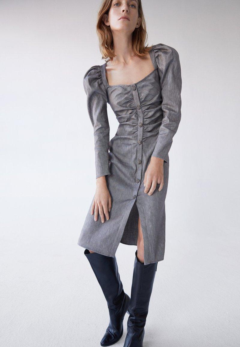 Uterqüe - MIT SCHMUCKKNOPF - Shirt dress - grey