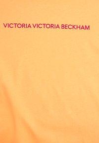 Victoria Victoria Beckham - SLIM FIT LOGO - Print T-shirt - tropical punch orange - 7