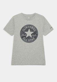 Converse - SHORT SLEEVE CHUCK PATCH GRAPHIC UNISEX - T-shirt imprimé - dark grey heather - 0