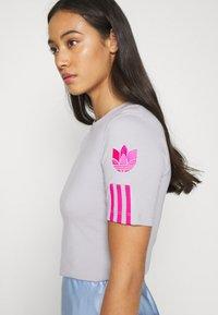 adidas Originals - ADICOLOR SLIM SHORT SLEEVE TEE - Print T-shirt - grey two/shock pink - 5