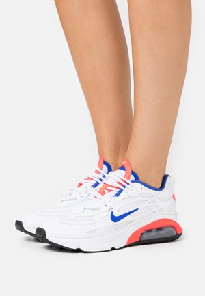 AIR MAX EXOSENSE - Baskets basses - white/racer blue/flash crimson/metallic silver/black